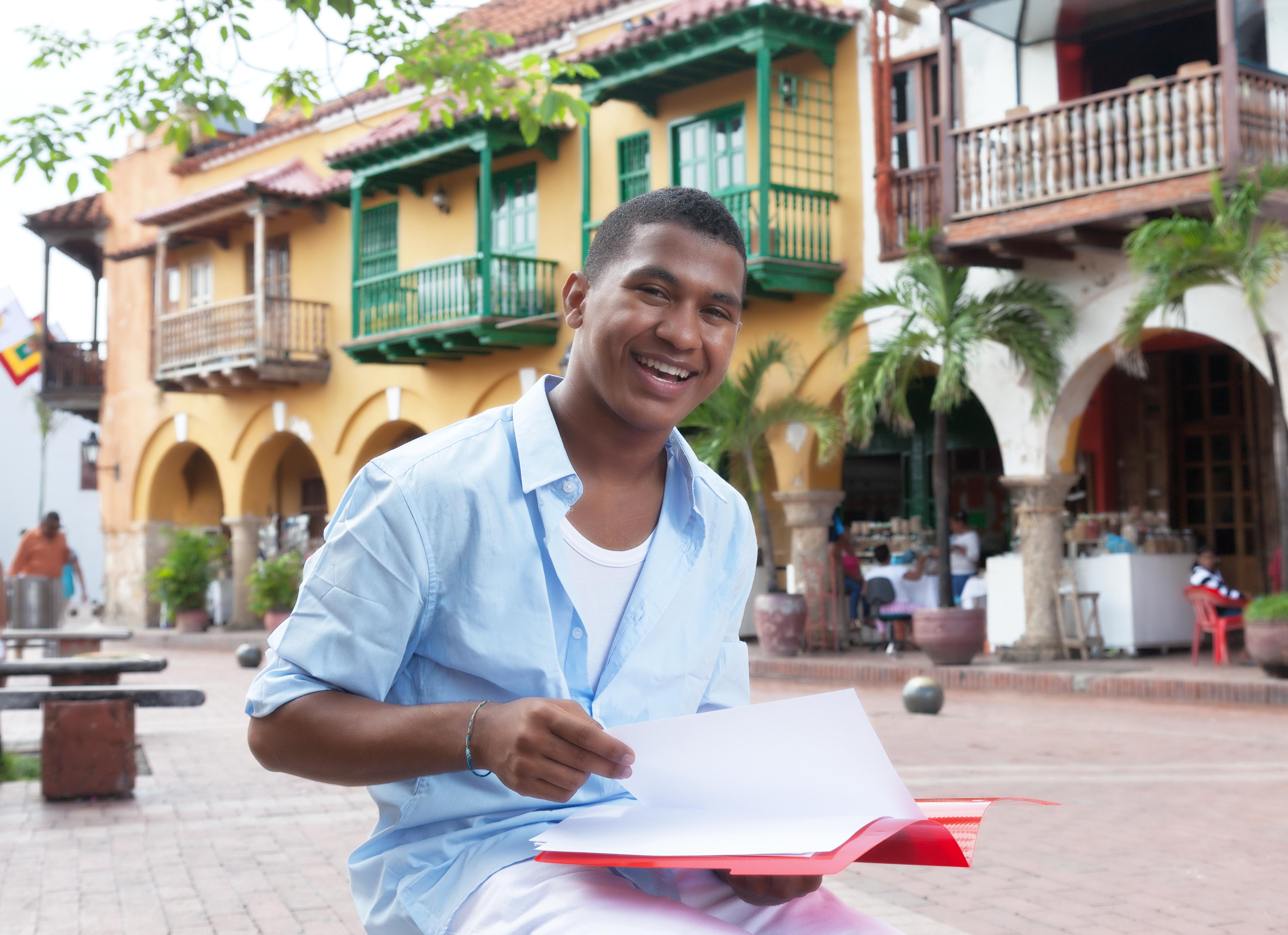 Sympathischer Student aus Sdamerika mit Mappe